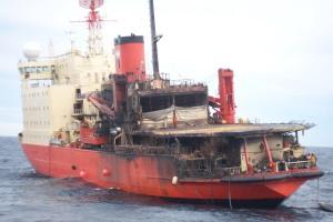El Rompehielos ARA Almirante Irizar luego del incendo. Como consecuencia de los recortes, cada vez está mas lejos de volver a la Antártida.