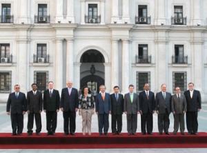 Los 12 ministros de Defensa de la Unión de Naciones Suramericanas (Unasur) oficializaron, en Santiago de Chile, la creación del Consejo de Defensa Suramericano (CDS). Foto: MinDefensa