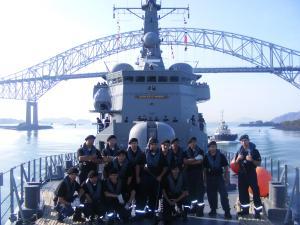 """La tripulación de la """"Blanco Encalada"""" tras cruzar el Puente de las Américas en el Canal de Panamá. (Foto: Cortesía de la Armada de Chile)"""