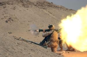 Un AT-4 (M-136) siendo disparado por un Marine de los Estados Unidos