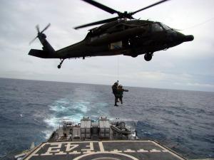Un UH-60L de la FAB operando con una fragata Niteroi durante la busqueda del vuelo AF-447