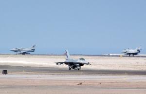 Un F-16 MLU chileno con dos A-4AR argentinos de fondo. (Foto: FACH)